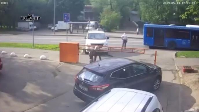 Il refuse de payer le parking et est prêt à tout pour sortir