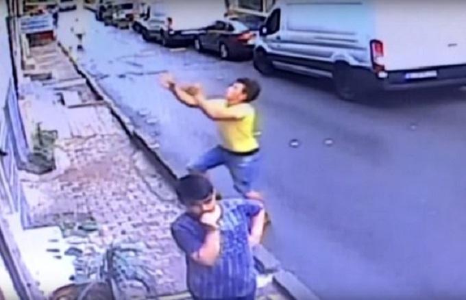 Un adolescent sauve une fillette qui tombe de la fenêtre du deuxième étage