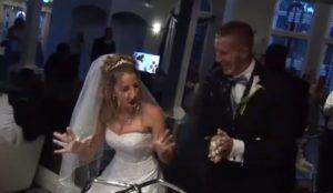 La découpe du gâteau à ce mariage est amusante