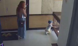 Une mère attrape sa petite fille avant qu'elle chute dans une cage d'escalier