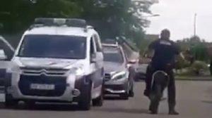 Un policier chute en accélérant avec une motocross confisquée !