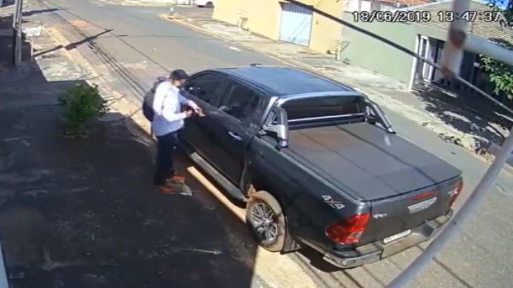 Un braqueur avec arme factice s'en prend au mauvais automobiliste