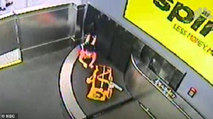 Un garçon fait un tour de tapis roulant à bagages dans un aéroport
