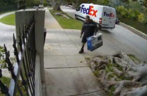 Un livreur de FedEx jette un téléviseur par-dessus une clôture
