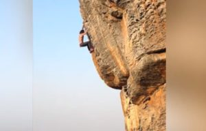 Ce grimpeur pratique de l'escalade sans sécurité à mains nues