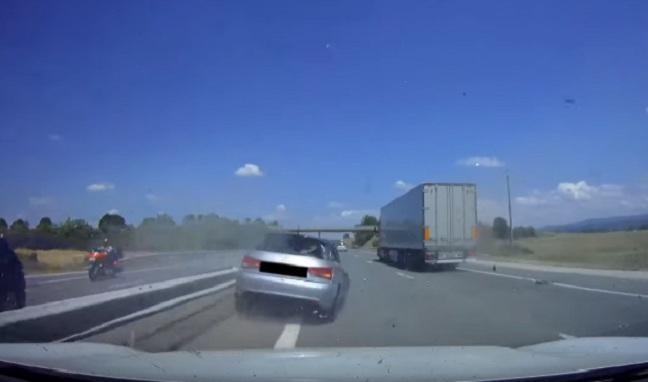 Il perd le contrôle de sa Audi A1 et percute l'arrière d'un camion