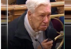 Un vieil homme seul face à un juge suite à un excès de vitesse dans une zone scolaire