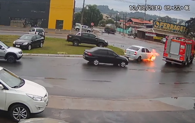 Une voiture prend feu juste à côté d'un camion de pompiers