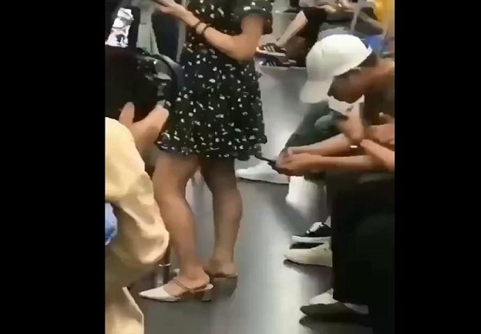 Il empêche un voyeur de filmer sous la robe d'une fille !