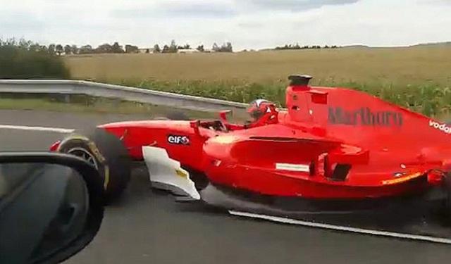 Une voiture de la Formule 1 dépasse les automobilistes sur l'autoroute