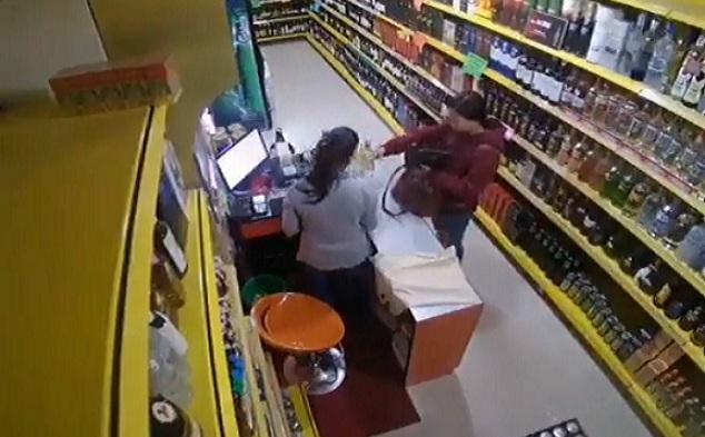 Une cliente et une vendeuse ont une mauvaise surprise dans un magasin de vente d'alcool