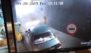 Un conducteur fait n'importe quoi au moment de quitter le parking