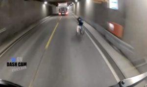 Ce cycliste tout près de se faire percuter par un poids lourd dans un tunnel
