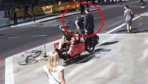 Un cycliste met un violent coup de tête à un piéton