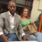 Cet homme tente de draguer une fille dans le métro en utilisant une technique très drôle !