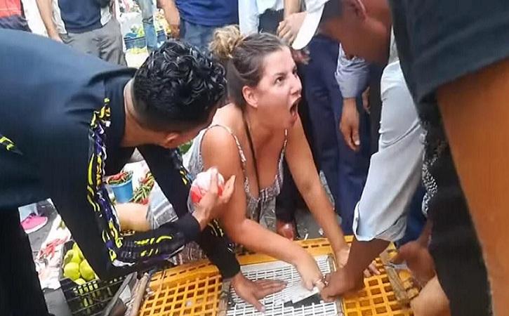 Une militante vegan se dispute avec un vendeur de poulet au Maroc