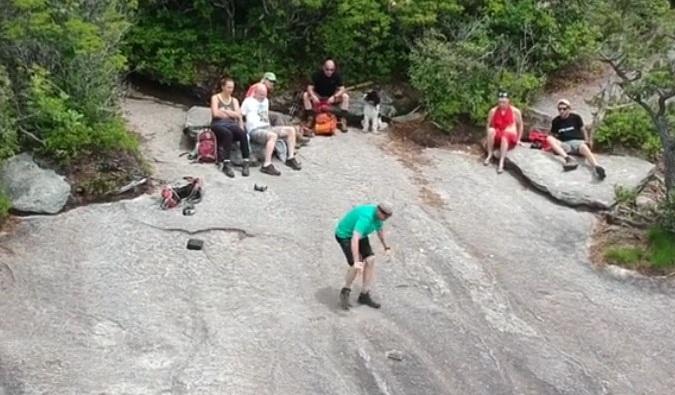 Un homme assis au bord d'une falaise, mais son selfie drone tourne mal
