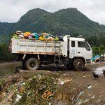 Des camions déversent des déchets dans l'Amazone (Pérou)