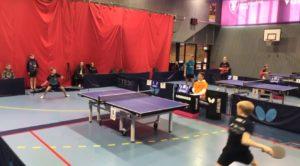 Échange incroyable entre deux enfants en tennis de table