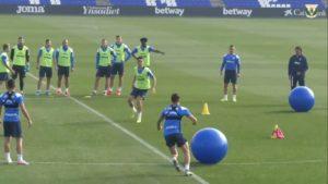 Des joueurs de football s'entraînent avec de gros ballons