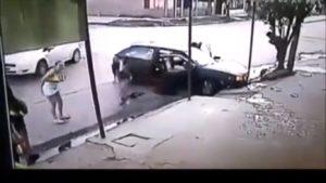 Un automobiliste crashe sa voiture avec 9 passagers à l'intérieur
