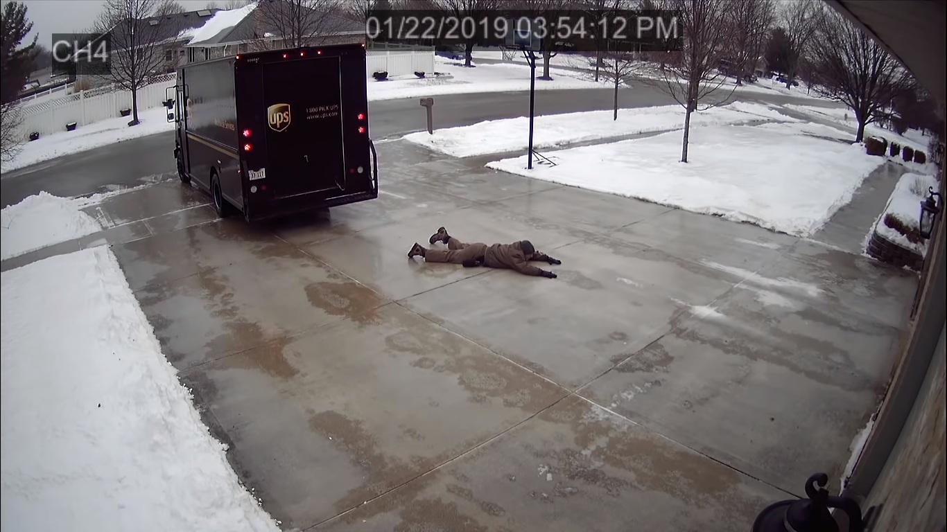 Le verglace n'a pas empêché cet homme de livrer un colis!