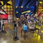 Un groupe de 9 cyclistes chargent la batterie d'une Tesla