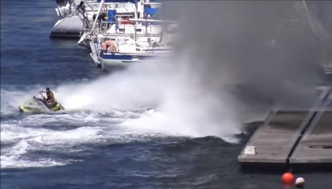 Il réussit à éteindre le feu dans un bateau avec sa motomarine