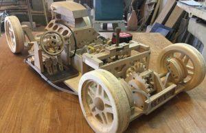 Il construit un modèle de voiture en bois entièrement fonctionnel