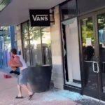 Des pilleurs en face à face avec la police en sortant d'un magasin