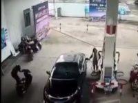Instant Karma pour un voleur de sac à main à la station service