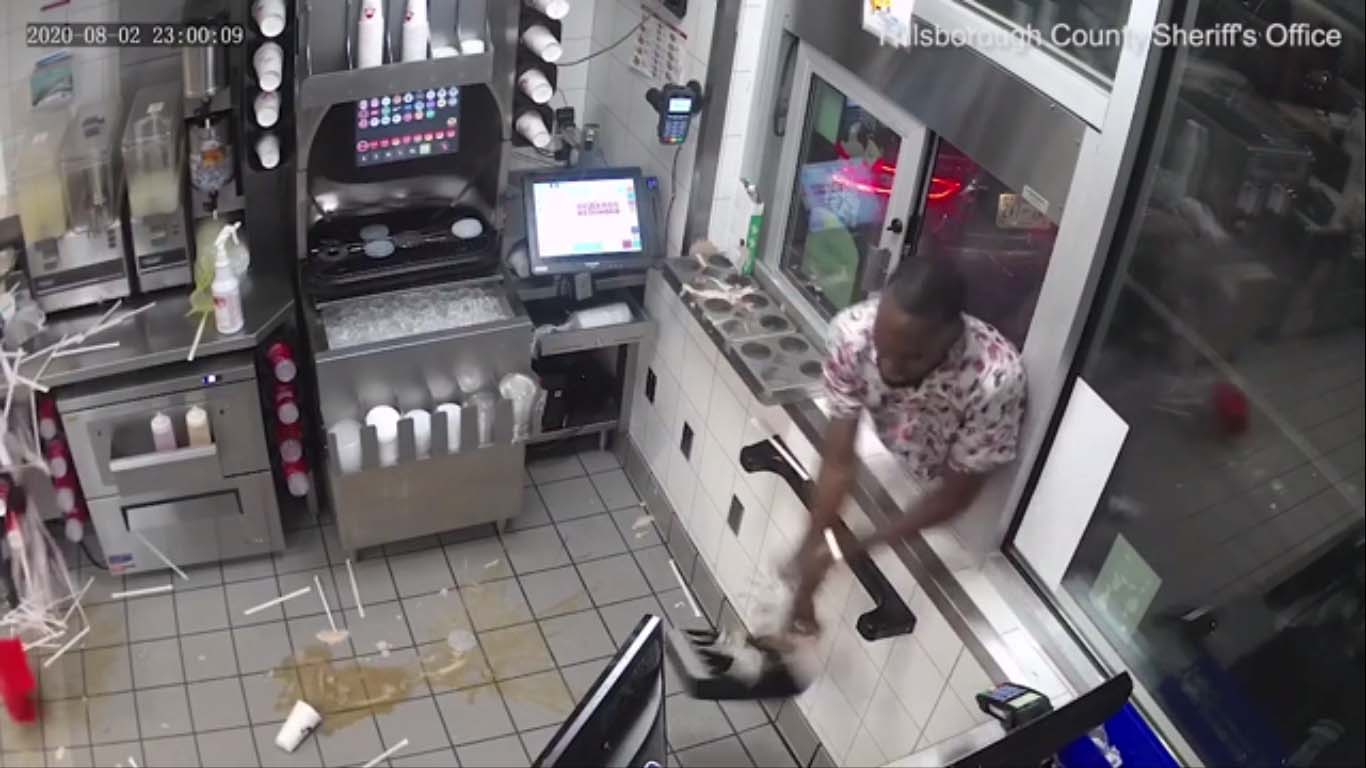 Un client irrité fait une crise et grimpe dans la fenêtre de service au volant