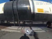 Un policier sauve un homme en fauteuil roulant d'un train venant en sens inverse
