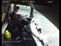 Un chauffeur de camion utilise son téléphone au volant et ça finit mal
