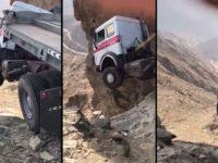 Un chauffeur survit miraculeusement alors que son camion est suspendu dans le vide