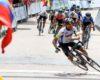Un cycliste célèbre sa victoire et tombe à cause d'un ralentisseur !