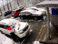 Une dalle de béton tombe sur le toit d'une voiture