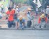 Ils répandent du ciment sur un trottoir mais un homme vient tout gâcher