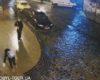 Elle galère à marcher sur un trottoir verglacé