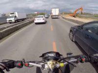 Un motard double par la droite au mauvais moment dans les bouchons